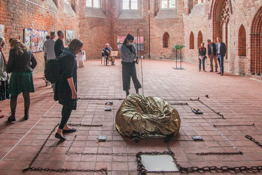 """Ausstellungseröffnung """"Schlaraffenland"""" - Klosterkirche Angermünde 2021 - Besucher begehen Objekt """"Labyrinth"""""""